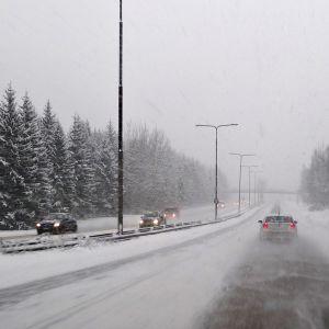 Autoliikennettä Hämeenlinnanväylällä.
