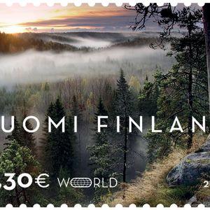 Käyntikortti Suomesta-postimerkki, jossa on sumuinen metsämaisema Nuuksiosta
