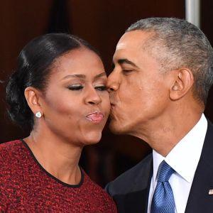 Barack Obama suuteli vaimoaan Michellea Valkoisessa talossa ennen Donald Trumpin virkaanastujaisia.
