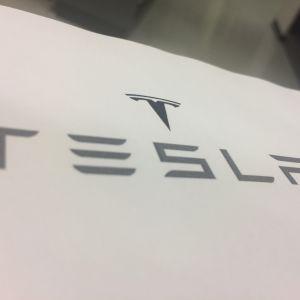 Kalifornialaisyritys Tesla valmistaa sähköautoja.