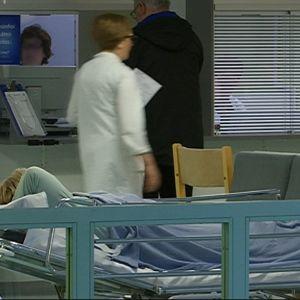 Potilas makaa sängyssä  Kymenlaakson keskussairaalassa Kotkassa