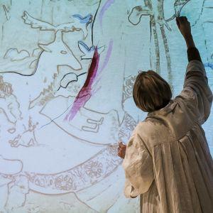Alma Pöystin esittämä nuori Tove Jansson tekee muraalia kotkalaiseen päiväkotiin 1940-luvulla.