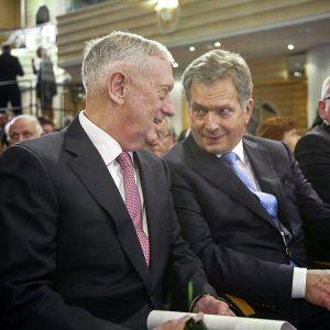 Tasavallan Presidentti Sauli Niinistö ja Yhdysvaltain puolustusministeri James Mattis keskustelevat Munchenin turvallisuuskonferenssissa Saksassa 17. helmikuuta 2017.