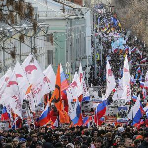 Tuhannet marssivat Moskovassa Nemtsovin muistolle.