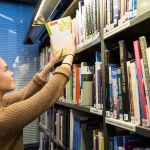 Tikkurilan lukion abiturientti Mira Kontio koulun kirjastossa 14.2.2017.