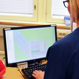 Sairaanhoitaja katsoo tietokoneen ruutua.