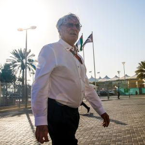 Bernie Ecclestone kävelemässä.