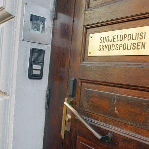 Suojelupoliisin ulko-ovi Helsingissä.
