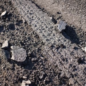 Irti kuoriutunutta asfalttia valtatie 13:lla Kruunupyyssä.