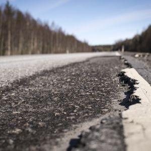 Irti kuoriutunut asfaltin pinta.