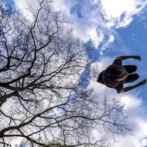 mie hyppää voltin ilmassa