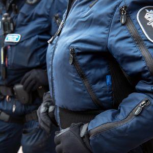 kaksi poliisia