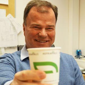 Markku Hämäläinen ja paperikuppi