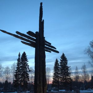 Ylivieskan palaneen kirkon jäänteistä tehty risti