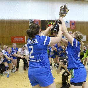 Dicken juhlii naisten käsipallon Suomen mestaruutta.