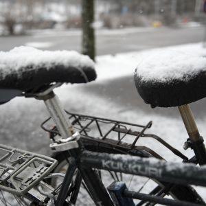 kaksi pyörää lumen peitossa