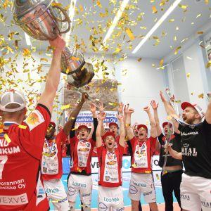 VaLePan kapteeni Mikko Esko pääsi nostamaan mestaruuspyttyä toisen kerran elämässään Suomen mestarina. Esko juhli miehistönsä kanssa kotiyleisön edessä ja tyytyväisyys huokui kaikkien pelureiden ilmeistä.