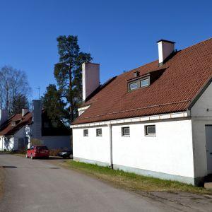 Työnjohtajan asunto rivissä muiden Alvar Aallon suunnittelemien rakennusten kanssa Tehtaanmäellä Inkeroisissa.