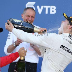 Tony Ross taustalla, kun Valtteri Bottas juhli uransa ensimmäistä osakilpailuvoittoaan vuonna 2017.
