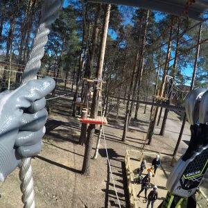 Kiipeilypuistossa liikutaan turvallisesti vaijereiden varassa.