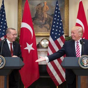 Vasemmalla mies katsoo kun mies oikealla ojentaa kättään