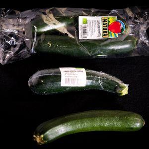 Tavallinen espanjalainen kesäkurpitsa on myynnissä irtotavarana useimmissa kaupoissa. Luomukesäkurpitsa on joko yksittäispakattuna muoviin tai kahden kappaleen isossa muovipakkauksessa.