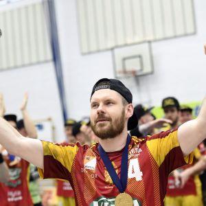 Riihimäen Cocks juhlii Antti Valon (4) johdolla käsipallon miesten SM-liigan mestaruutta kolmannessa loppuottelussa Cocks vs BK-46 Riihimäellä lauantaina 20. toukokuuta 2017.