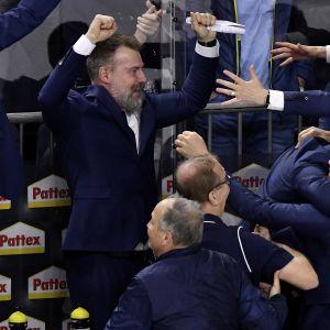 Rikard Grönborg ja Ruotsin valmennusjohto tuulettavat.
