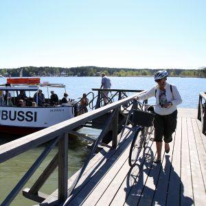 Föli-vesibussiin voi ottaa polkupyörän mukaan. Kansanpuiston laiturille nousu voi tuottaa joillekin tuskaa.
