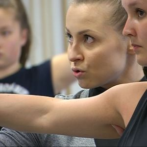 Tanssinopettaja Elina Peltoperän mukaan vuorovaikutus on hänen työssään todella tärkeää. Pitää osata kohdata ihminen ja pitää osata opettaa.
