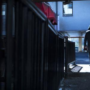 Mies kävelee kadulla