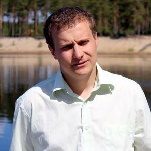 Puumalan kunnanjohtaja Matias Hilden Pistohiekan maisemissa.