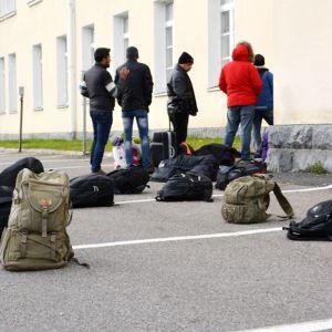 Turvapaikanhakijoita Tornion järjestelykeskuksen edessä lokakuussa 2015