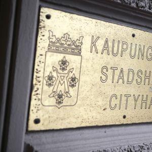 Turun kaupungintalon kyltti rakennuksen seinässä.