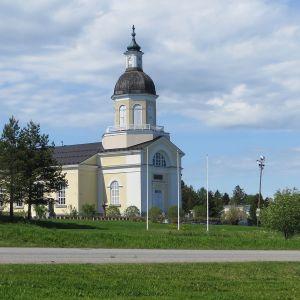 Keminmaan kirkko kesällä.