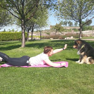 nainen jumppaa, koira katselee