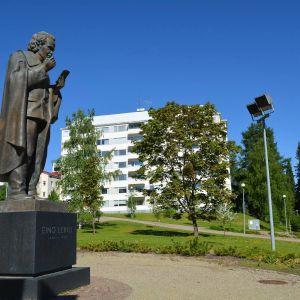 Eino Leinon patsas Kajaanin rantapuistossa.