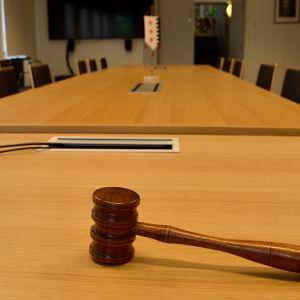 Kunnanhallitus kokoontuus tämän pöydän ääressä.