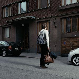 Magnus Bratten seisoo kerrostalon edessä.