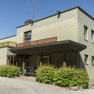 Funktionalismia edustava Koskikara -rakennus Kajaanissa.
