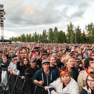 Hämeenlinnan Kantolan tapahtumapuiston yleisöä.