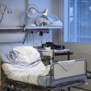 Tyhjä sairaalavuode osastolla.