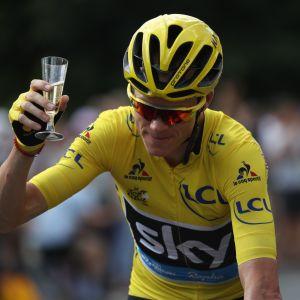 Chris Froome juhli voittoaan samppanjalla 2016.