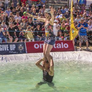 Saksalaiset Axel Schumacher ja Ina Müller ylittämässä vesiestettä akrobaattiseen tyyliin eukonkannon MM-kisoissa kesällä 2017.