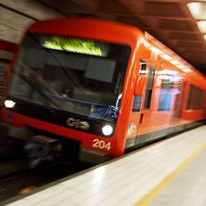 Metrojuna Herttoniemen asemalla
