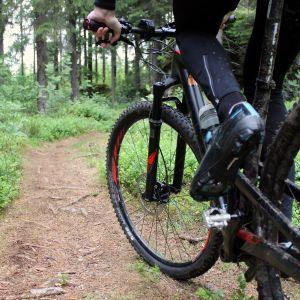 Anonyymi kuva maastopyöräilijästä.