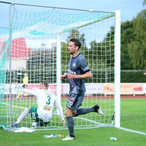 Legia Varsovan Kasper Hämäläinen maalinteossa IFK Mariehamnia vastaan.
