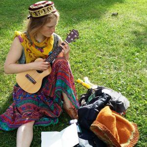 Nuori pelimanni Essi soittaa ukuleleä