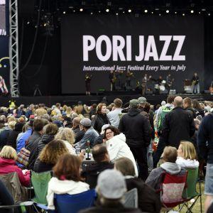 Pori Jazzin yleisöä.