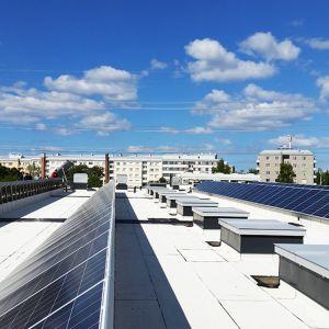 Energias-säästö-aurinkoenergia-aurinkopaneeli-uusiutuva-energia-sähkö-Tuira-Oulu-S-market-katto.jpg